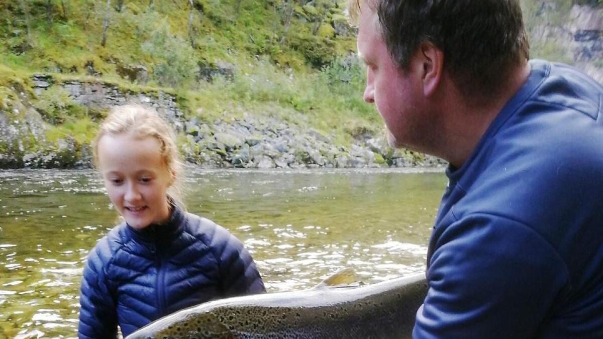Denne fine Dalelaksen på 6,5 kilo vart fiska på slutten av sesongen, og så sett ut att i elva. På biletet Thea Helle Jordalen.