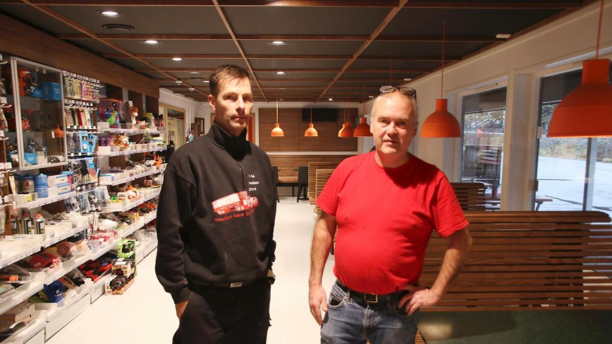 Dagleg leiar Stian Jordalen og nytilsett kokk på Shell Dale, Ole Henrik Nord, fortel at dei frå neste veke skal tilby middag til kundane. Bak dei er sitteplassane til middagsgjestane.