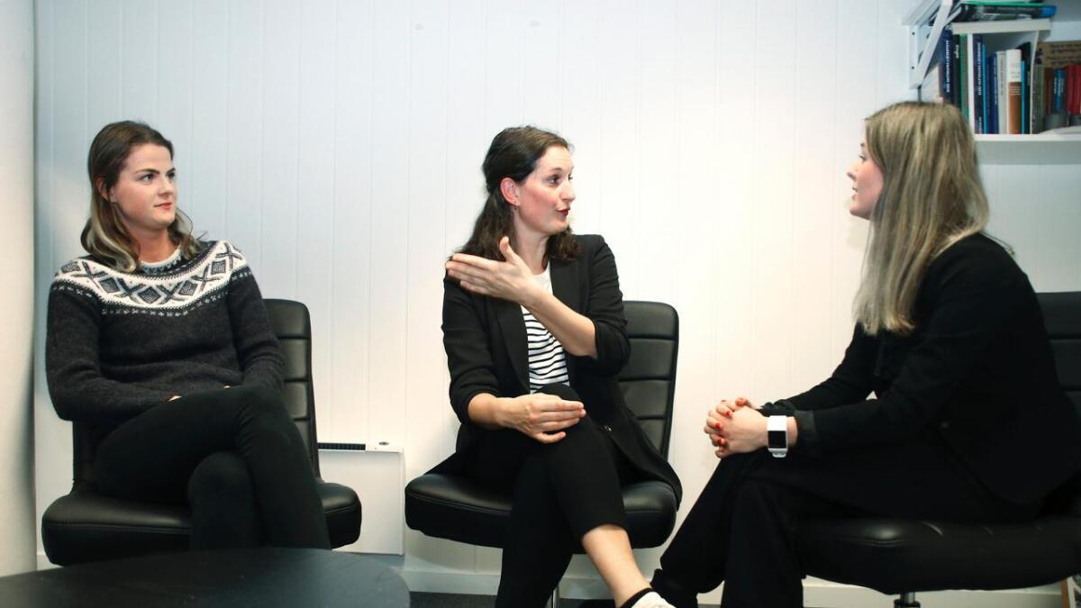 Det kan gå høglydt for seg når dei diskuterer. Frå venstre Amalie Johnsen Lunde, Inger-Helene Nummedal og Lisa Natalie Johnsen Lunde.