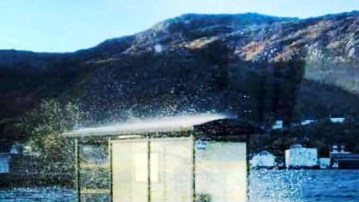 Løsningen Nordland fylkeskommune tilbyr reisende med buss fra Lødingen er fullstendig uholdbar. Mandag slo bølger og sjøsprøyt både over og inn i busskuret. Rundt om lå tang strødd. Nå snur heldigvis fylkeskommunen. Sammen med kommunen og lokalt næringsliv vil de se på en ny permanent løsning med både tilgang på tak over hodet og toalett.