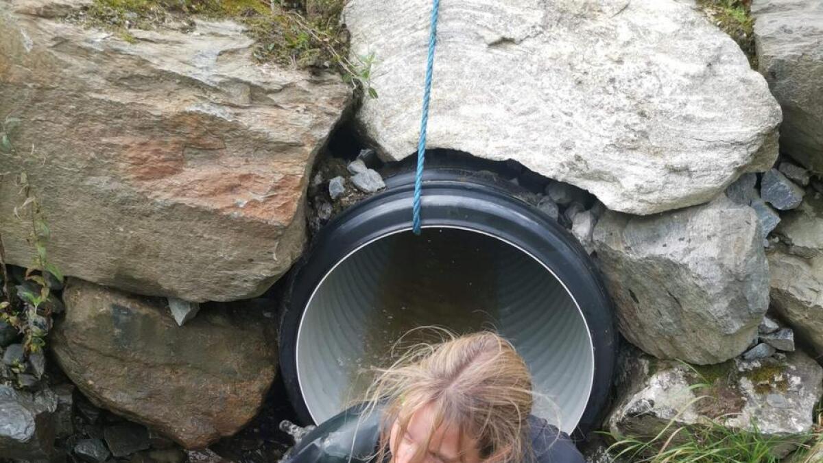 Deltakarane i Kraftkampen måtte mellom anna krypa gjennom eit vassrøyr. Her er det Rita Høvset som er søkkvåt etter å ha kome gjennom dette hinderet.