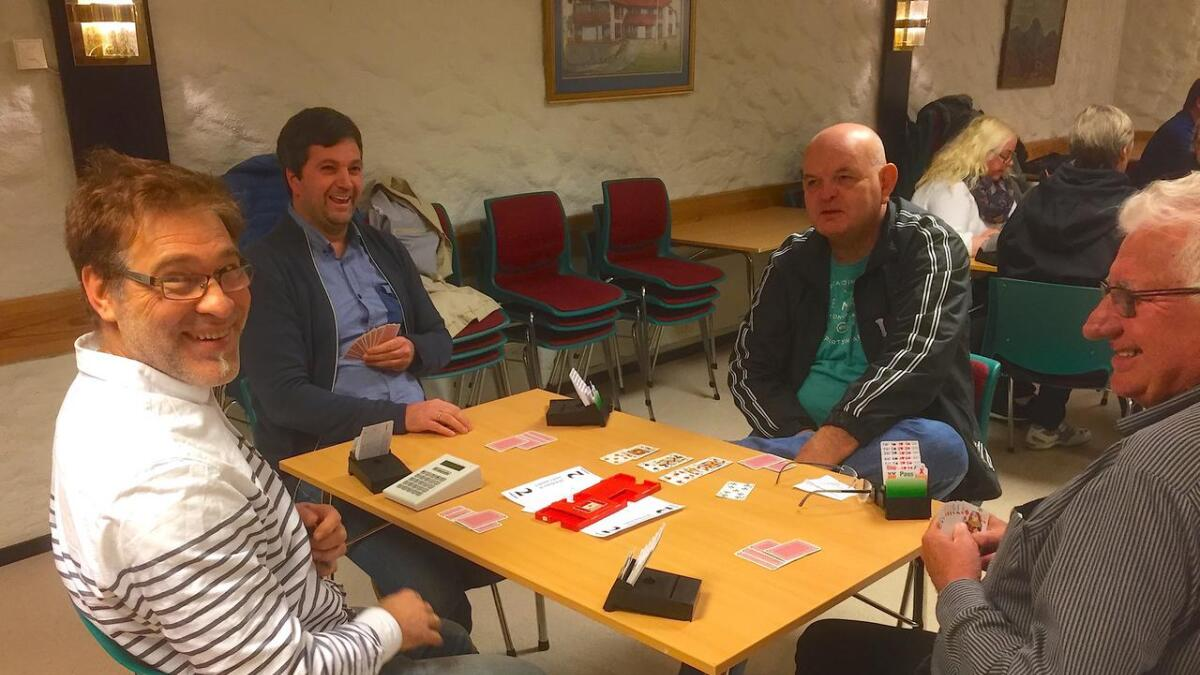 Ein optimistisk Anders Johansson er klar for andre runde i lag med Tor Anders Hauge. Motspelarar her er Rune Fagerbakke og Kåre Aasen.