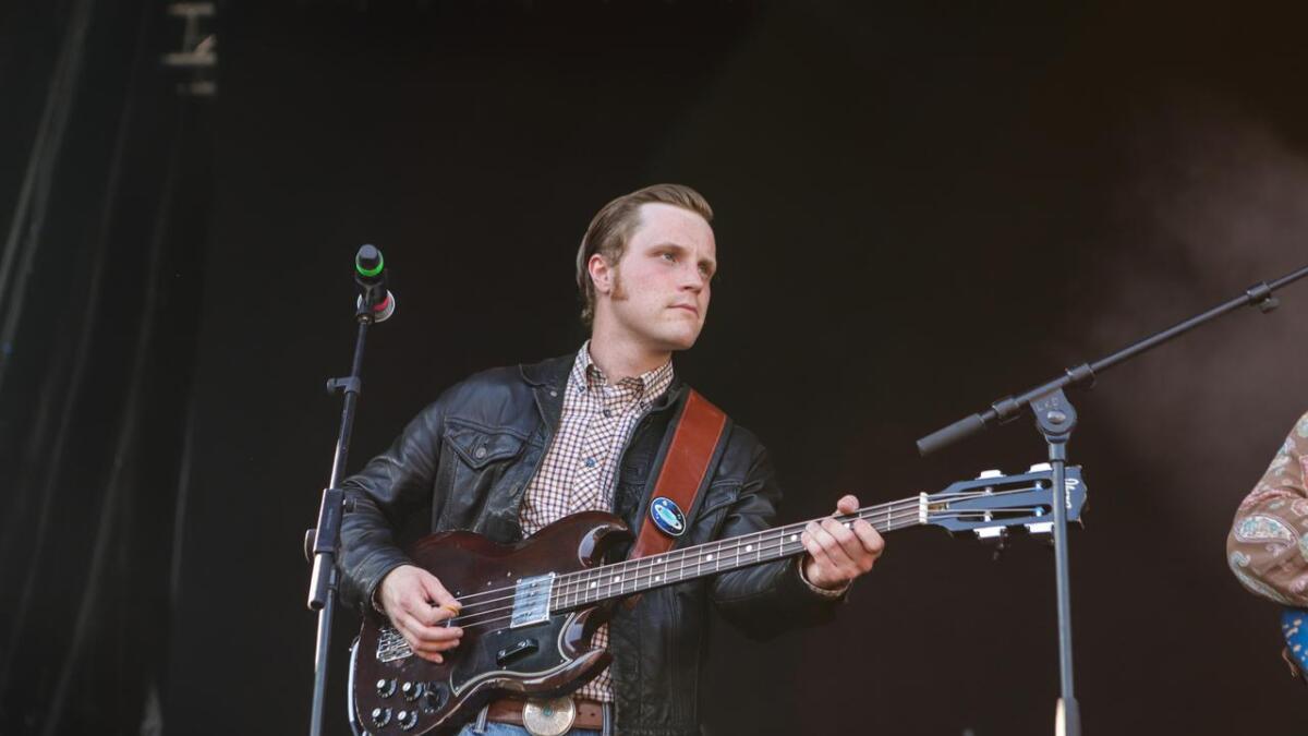 Bassisten i bandet til Luke Elliot, Njål Uhre Kiese. Blant flere hundre publikummere står hans mor – som kaller seg en blodfan, bokstavelig talt.