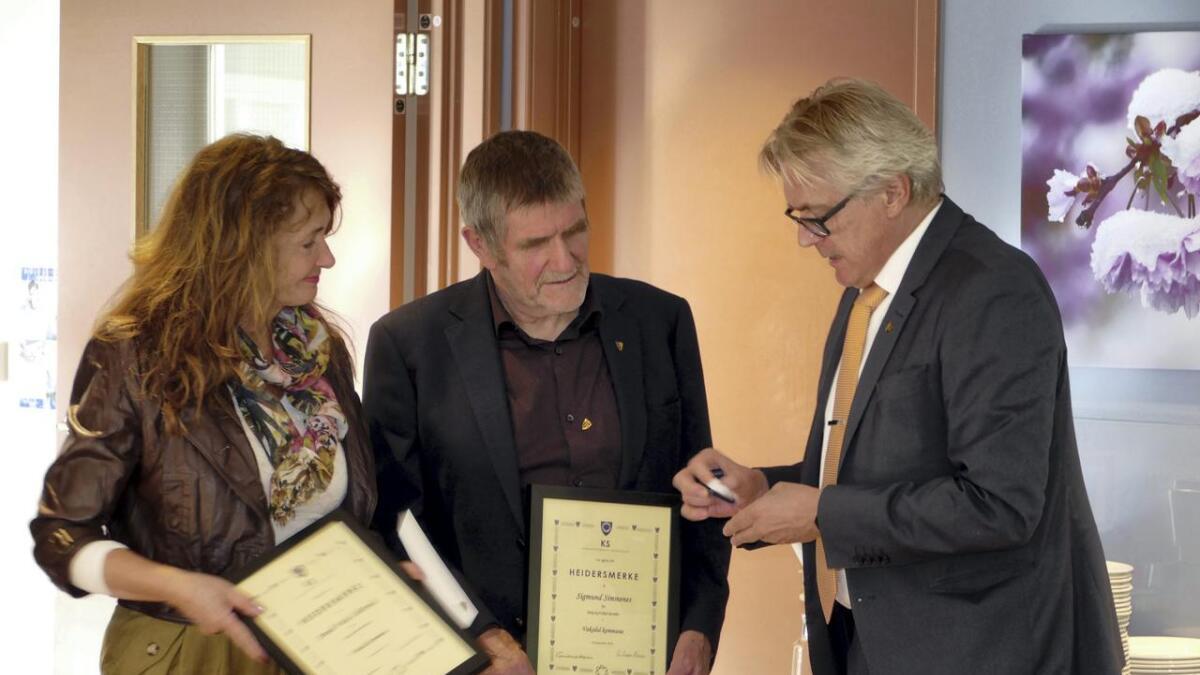 Anneli Vatle Lilletvedt og Sigmund Simmenes, som begge har sete 24 år i politiske posisjonar i Vaksdal, fekk utmerkingar og gode ord frå avtroppande ordførar Eirik Haga måndag.