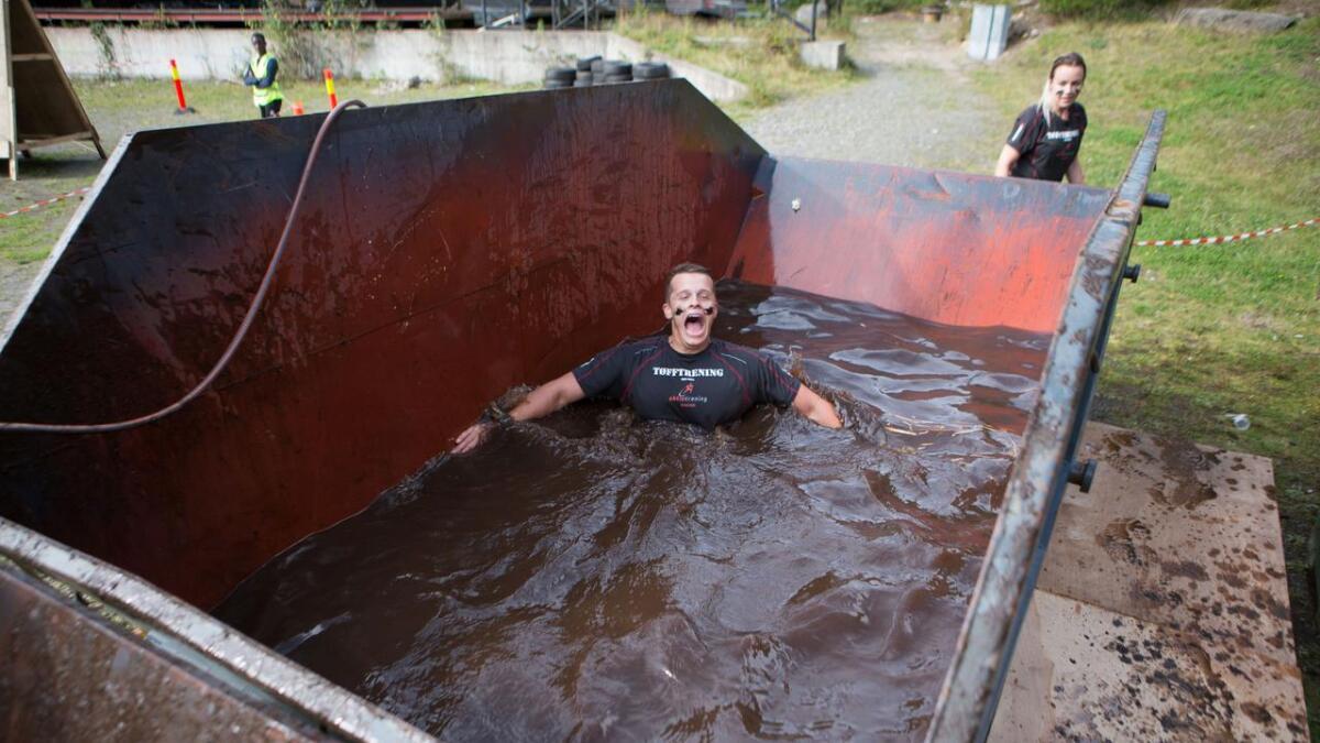 Fredrik Haslund nyter ett lite gjørmebad.