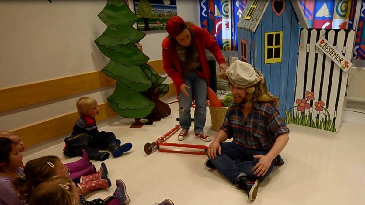 Barneavdelingen i Arendal fikk i dag besøk av Kulturpotetene og den moderne versjonen av Rødhette og ulven.