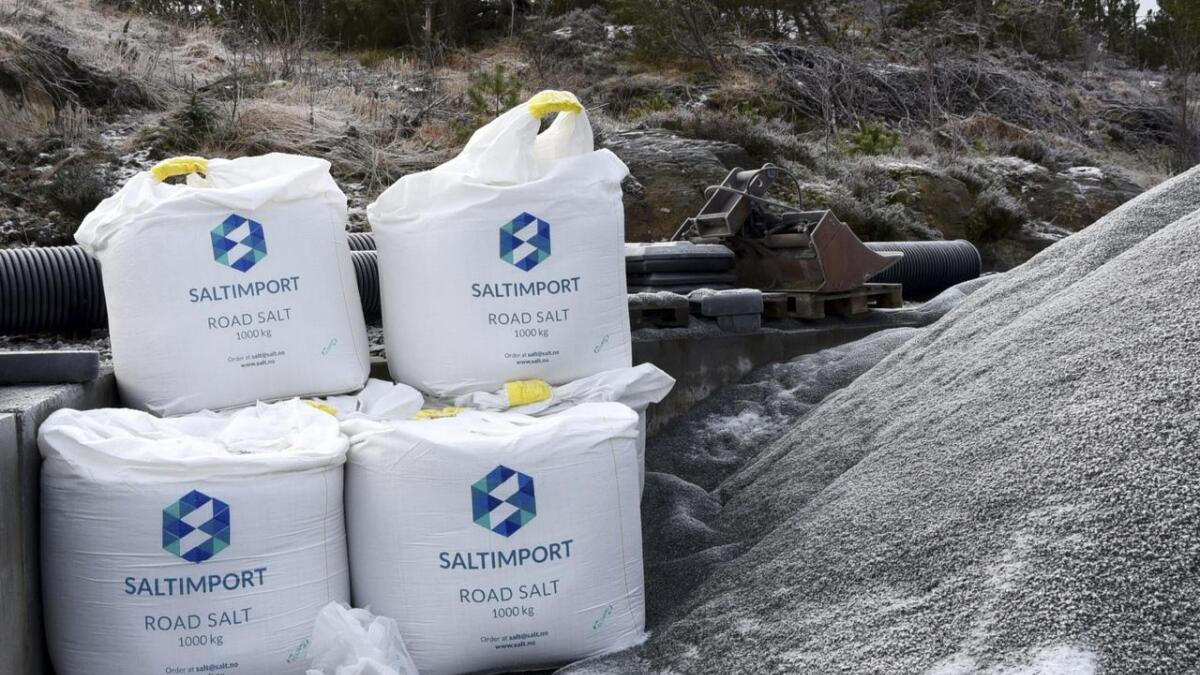 Statens vegvesen vurderar å prøve ei alternativ løysing til salting av veg. Løysinga inneber å samle solenergi om sommaren og nytte han i oppvarming av vegen om vinteren. Arkiv