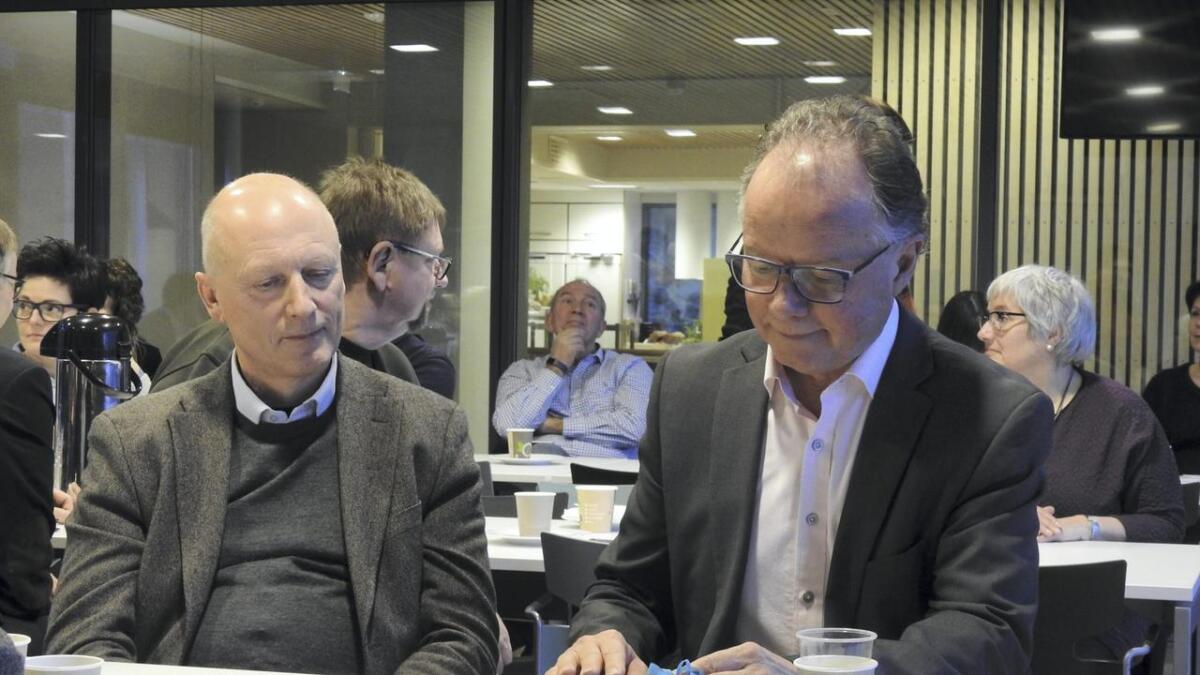 Jan Hevrøy er ikkje imponert over Øyvind Halleraker (t.h.), politikarar og Statens vegvesen når det gjeld planlegging av Hordfast, og kryssing av Langenuen. Her frå frukostmøtet sist torsdag. Til venstre sit styreleiar i Hordfast, Lars Solberg.