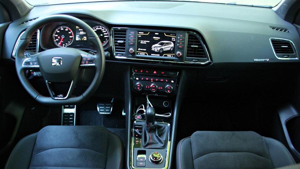 Interiøret er bygger på kjente komponenter fra Volkswagen-gruppen. Seat sin versjon er av den enklere sorten. De nyere Volkswagen-modellene har et mer moderne opplegg.