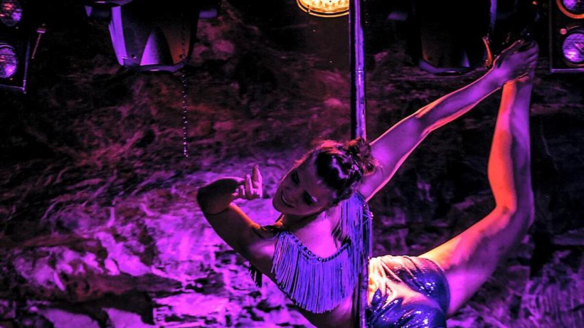 Line Schaug i akrobatisk aksjon. Nå er hun den mest allsidige artisten i det årlige showet på Wallmans i Oslo, som samler tusenvis av gjester på sine tradisjonsrike forestillinger.
