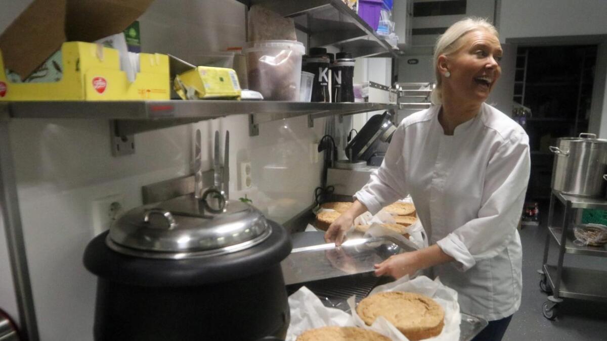 Anita Knapstad klargjer kake. Latteren er aldri langt unna.