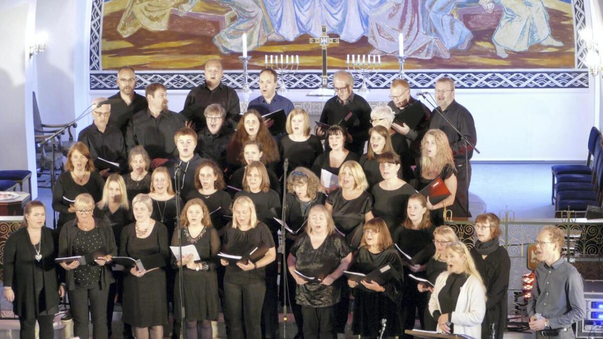 Arna GospelProsjekt saman koret Kilden, song om «Oh Happy Day» i kyrkja på Dale.