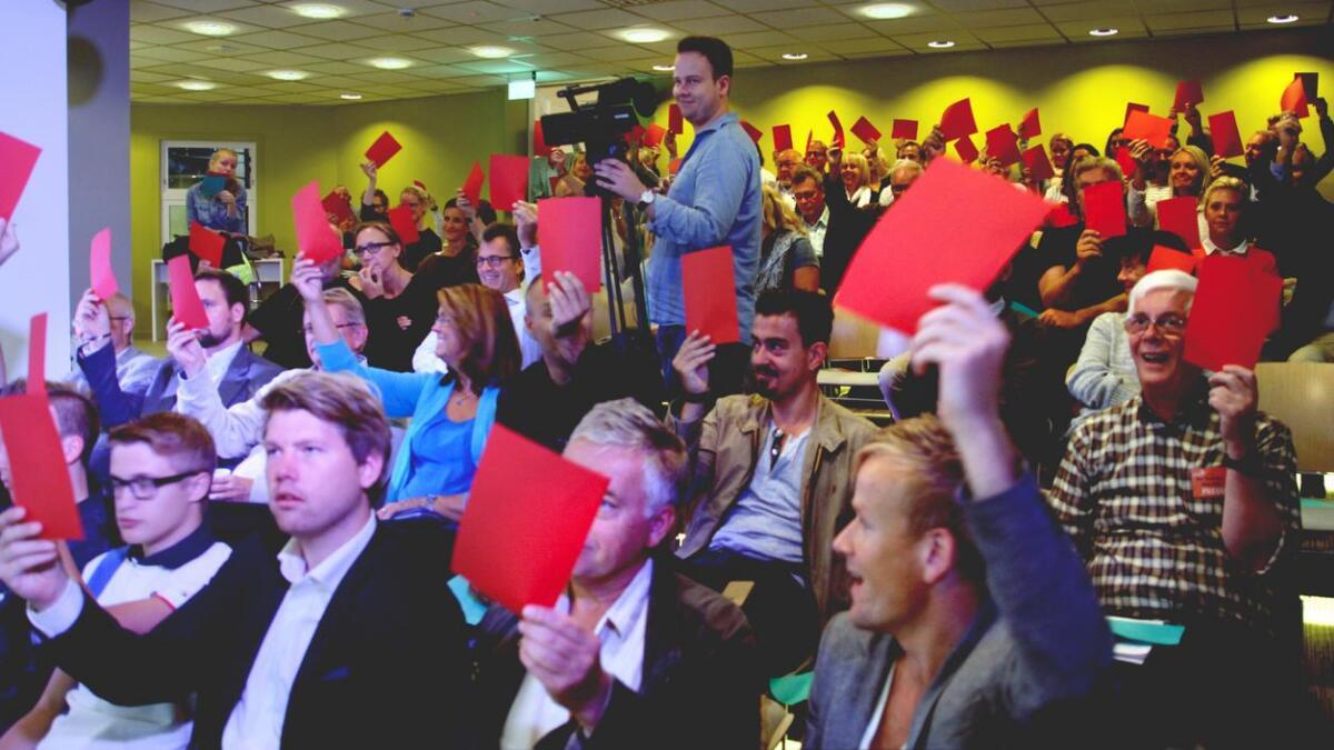Publisere eller ikke? Publikum tok stilling til presseetiske dilemmaer under møtet i Agderposten.