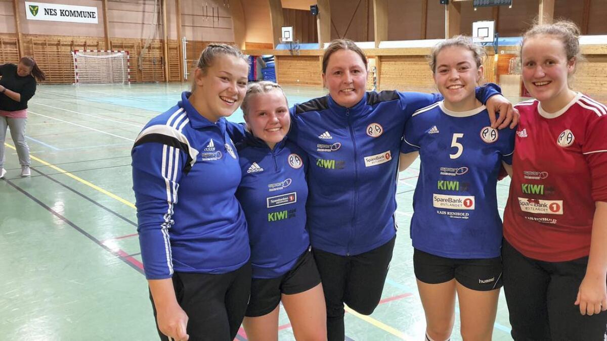 Trener May Linda Skaarer (i midten) var fornøyd med innsatsen til de yngre spillerne. F.v. Emilie Sørby Kløfta, Anna-Celine Nordby Hartman, Maria Løkkevold og Pernille Haug Sæther.