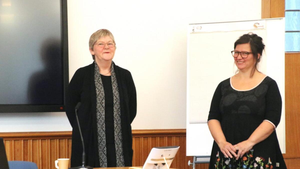 Bodhild Laastad (t.v.) og Nieves Tur fortalde med innleving om LivOGLyst-prosjekta då representantar for Kommunal- og moderniseringsdepartementet og Hordaland fylkeskommune var på besøk.