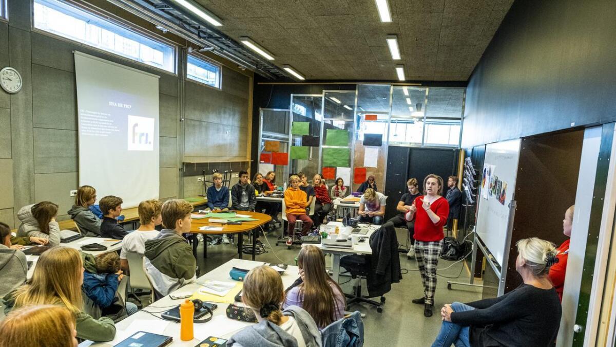 Andre Holm Haugen, leder for FRI Telemark, holdt foredrag for elevene på          10. trinn. Han fortalte elevene blant annet hvordan språket vårt påvirker holdningene våre overfor homofile, lesbiske, bifile og transpersoner.