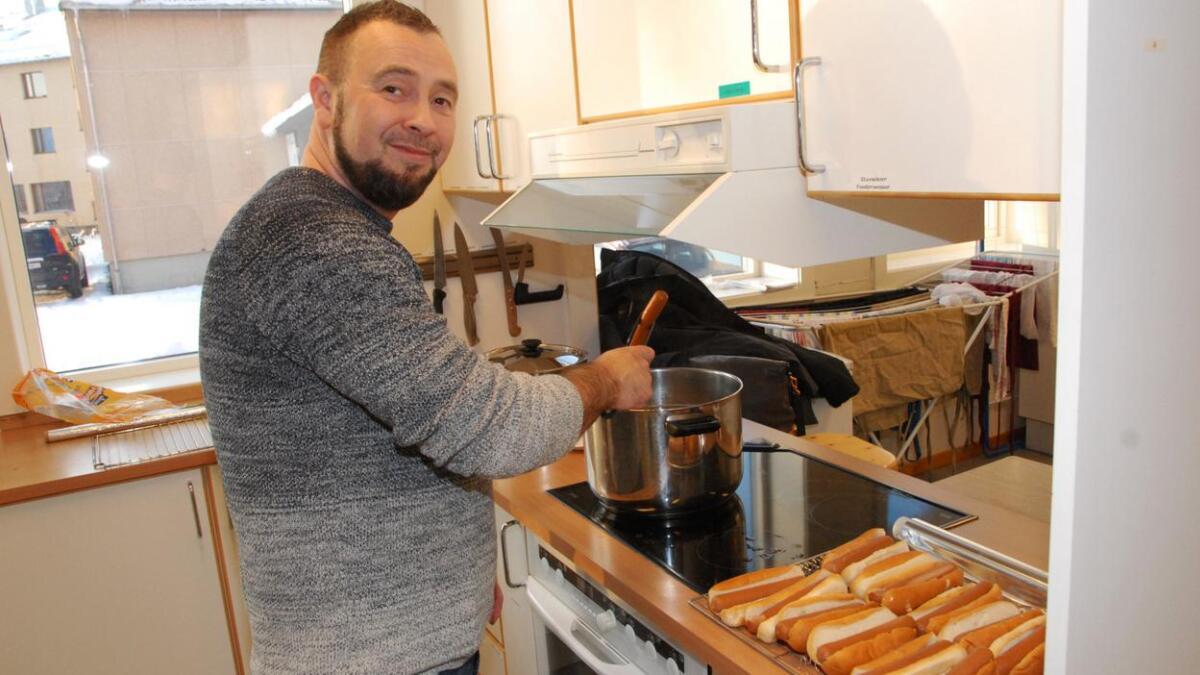 Cato Vråberg var en av de ca 50 foresatte som var involvert i matlaging og tilrettelegging for øvingsseminaret. – Å bidra er bare flott, sier han.