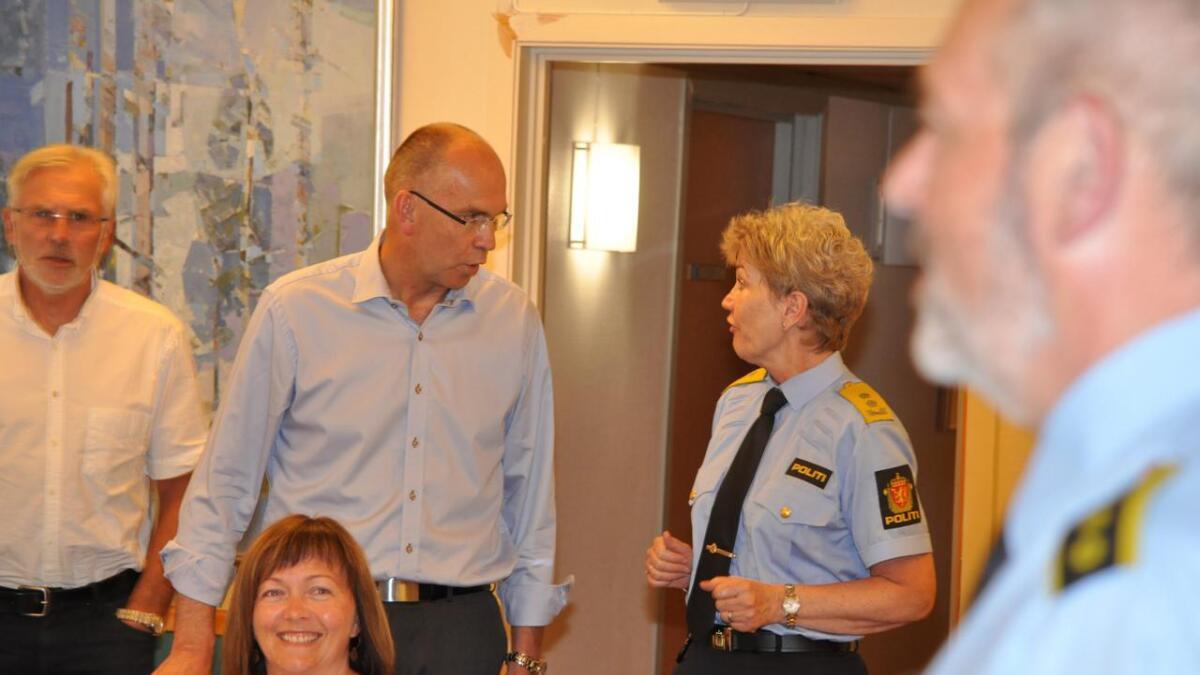Politimester Kirsten Lindeberg skriver om politiets utfordringer i dette innlegget. På dette arkivbildet ser vi politimesteren sammen med blant andre ordfører Kjetil Glimsdal.