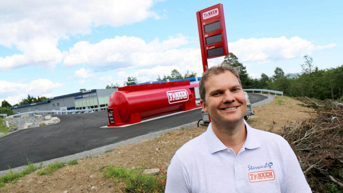 Helge Gjerseth tror faste priser vil få de generelle drivstoffprisene nedover. Den røde tanken blir et lande-     merke på Eik.