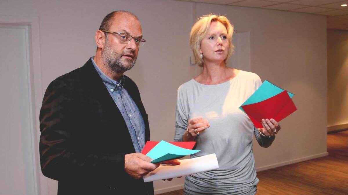 Redaktørene Morten Rød fra Agderposten og Marianne Drivdal fra Tvedestrandsposten får publikums hjelp. (