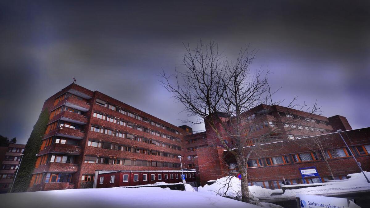 To leger og en sykepleier fra Sørlandet har på fritiden gitt en kreftpasient en omstridt alternativ behandling basert. En av legene er ansatt ved sykehuset.