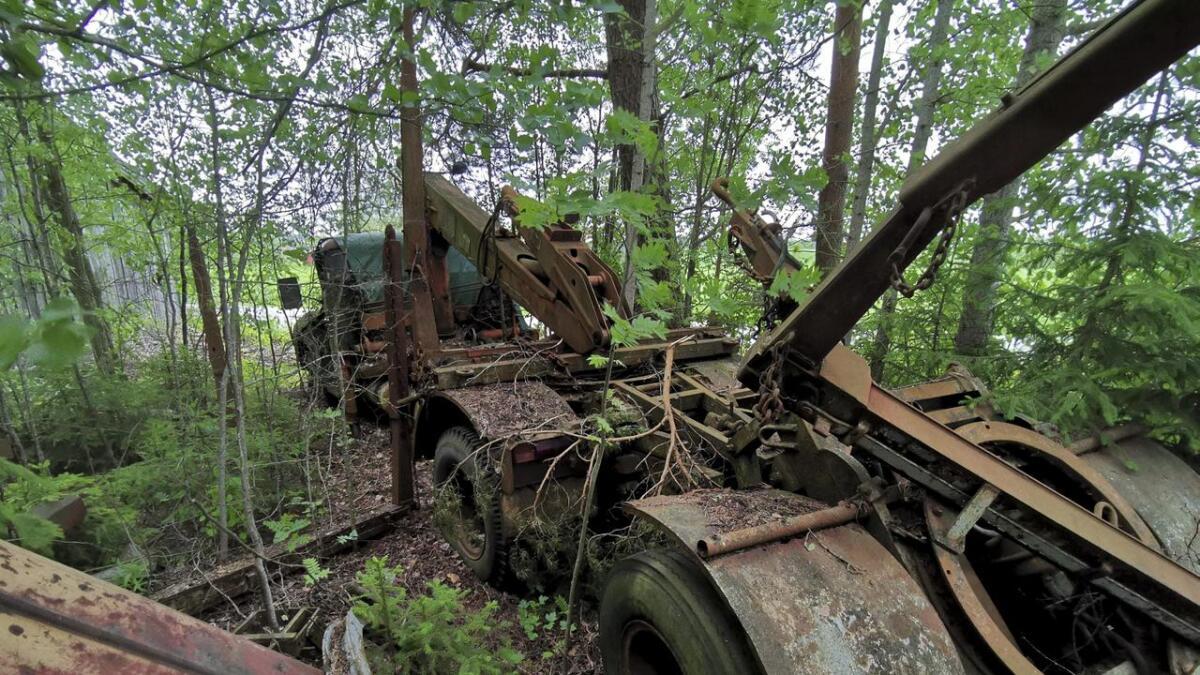 Dette kjøretøyet er ett av flere som står godt gjemt i skogen tett inntil Folmovegen (i bakgrunnen) rett nord for Årnes.