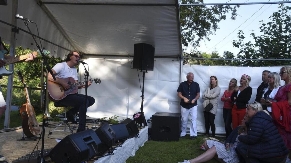 Vidar Johnsen syng den vakre kjærleikssongen «Inn i mitt liv» for Sandra Holmvik (sitjande framfor scenen) og resten av publikum