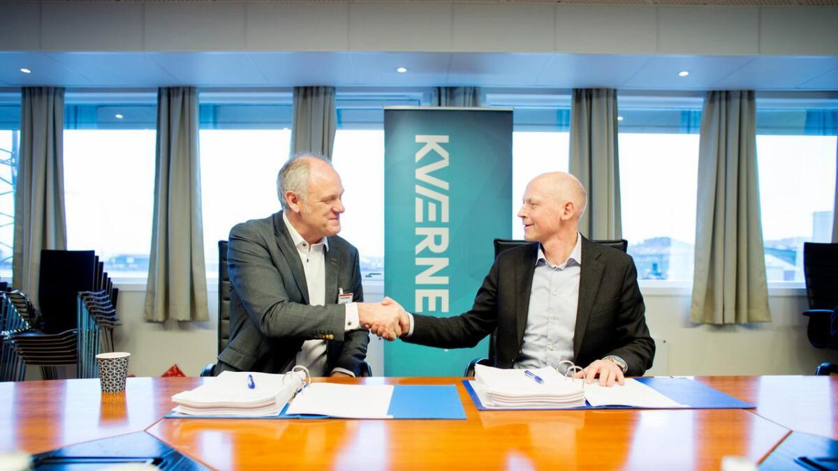Her har Per Ivar Birkeland (t.v.) i Birken & Co. AS signert kontraken, her i lag med adm. Dir. Steinar Røgenes i Kværner på Stord.