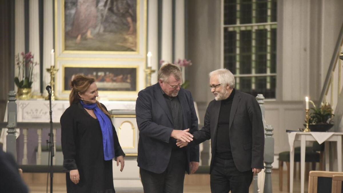 Skodespelar Ragnhild Guldbrandsen, komponist Kjell Habbestad og organist Ivar Mæland tok imot applaus og takk etter konserten