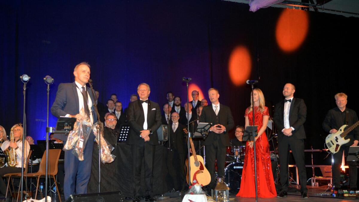 Bø-ordfører Sture Pedersen ga fenalår laget av sauer fra Bø til alle solistene og dirigentene.