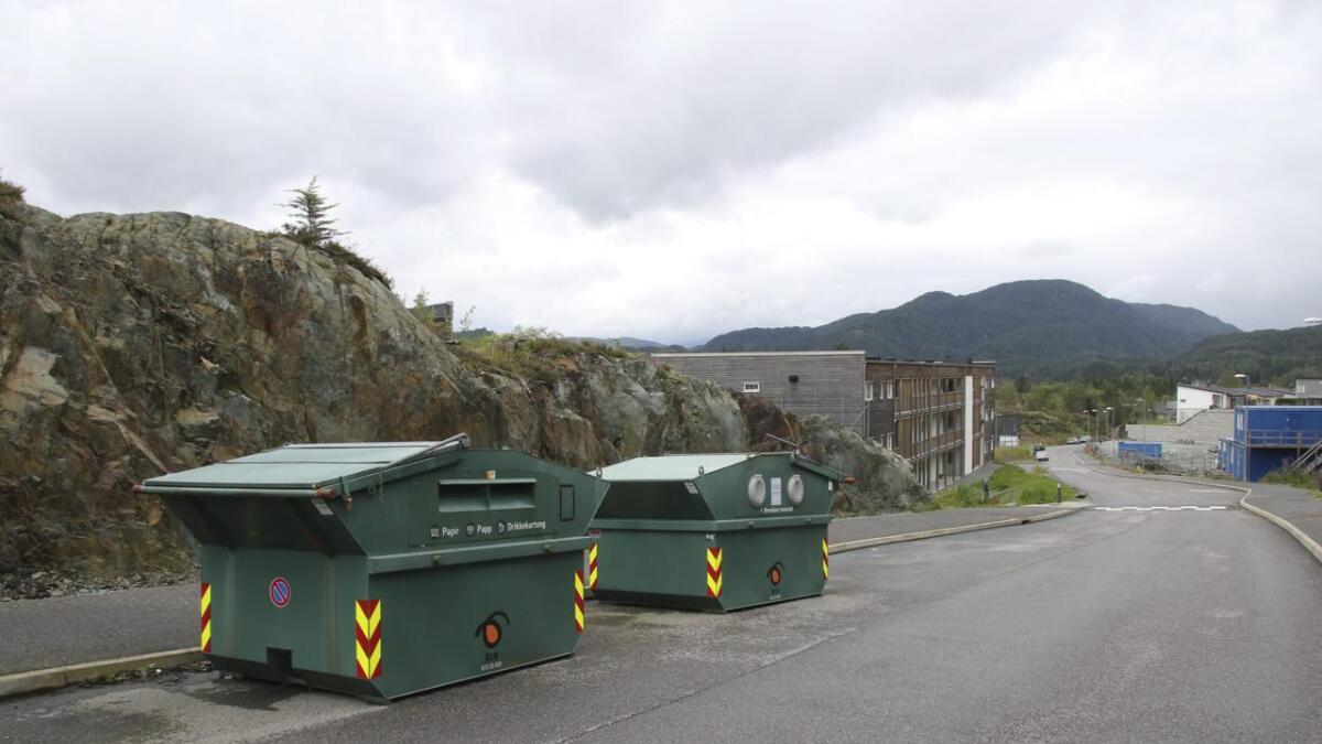 Jeg vil gjerne at de involverte i plan- og bygningsutvalget gir oss svar på hva som skjer med plassering av bosscontainerne, eller annen form for avfallshåndtering som skal tilrettelegges av utbygger her i Storestraumen.