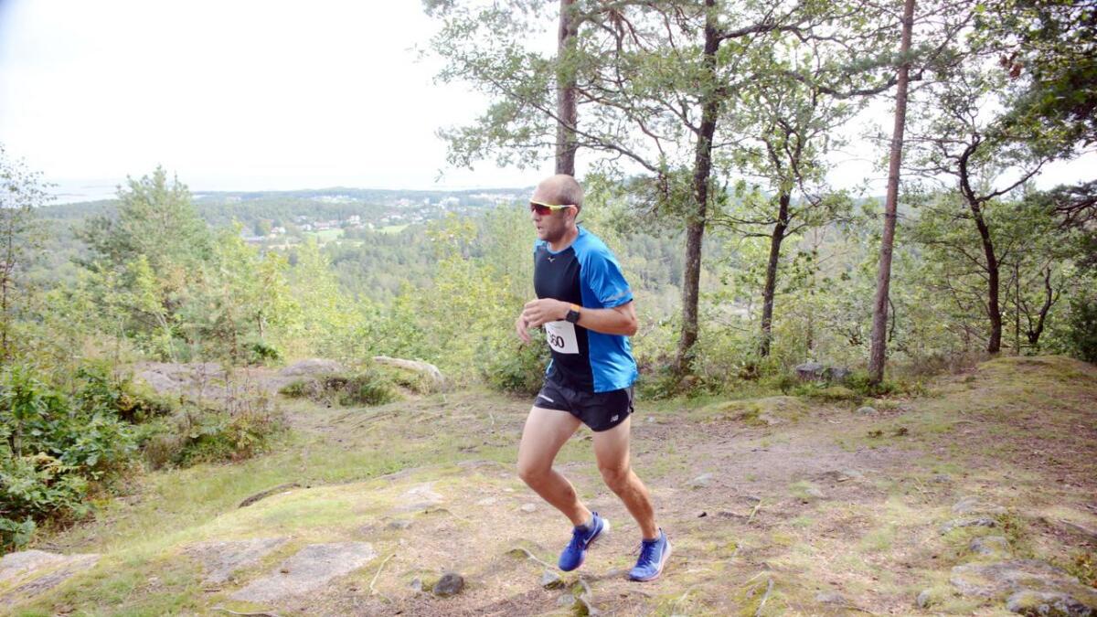 Magnus Thorkildsen var ført ute fra start, og var den første som kom hit på toppen av Tysåsen, 105 meter over havet. Likevel skulle et skjebnesvangert valg på rundt 7 kilometer dytte ham ned fra førsteplassen til en sur tredjeplass.