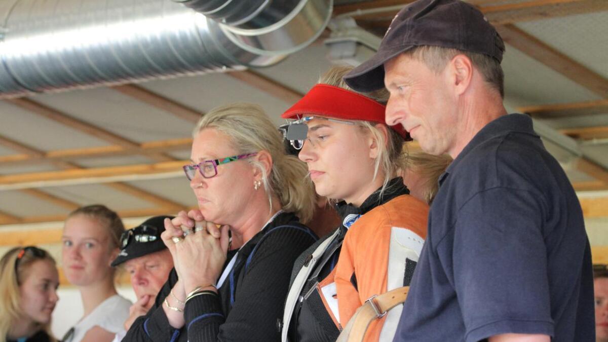Lillian Irene Haugen folder hendene for datteren Michelle og hennes anvisning i klasse 2-finalen på Evje. Pappa Knut Olav følger også spent med.