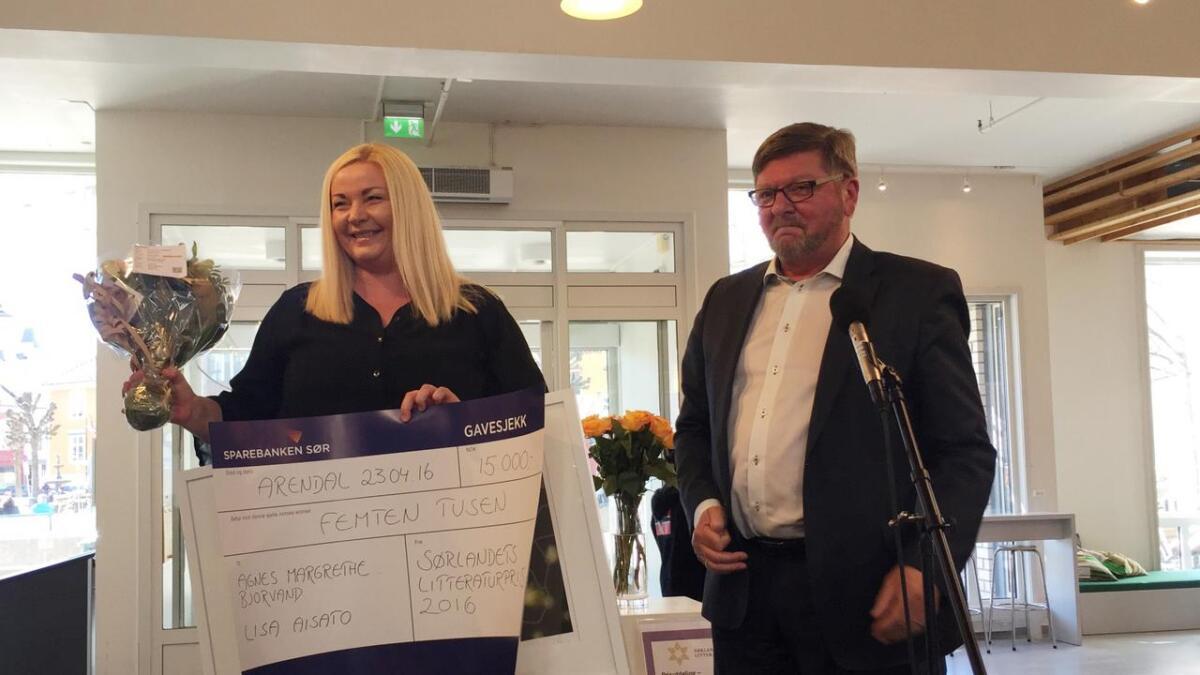 Agnes-Margrethe Bjorvand, her med prisutdeler og fylkesmann Stein A. Ytterdal, vant sammen med illustratør Lisa Aisato prisen for faglitteratur. Sistnevnte hadde ikke muligheten til å være til stede.