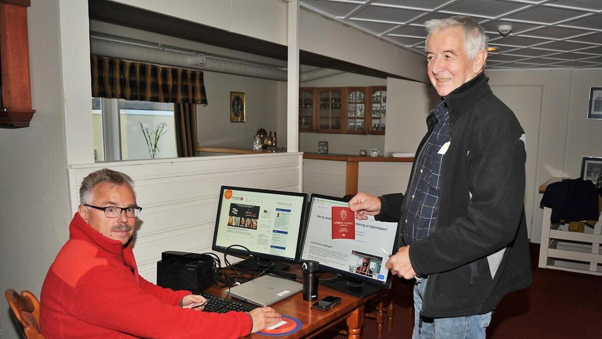 Funksjonær Ronny Pettersen i Sparebank En Nord-Norge og kunde Svein Tobiassen, stående ved bankbordet i Bø hotell.