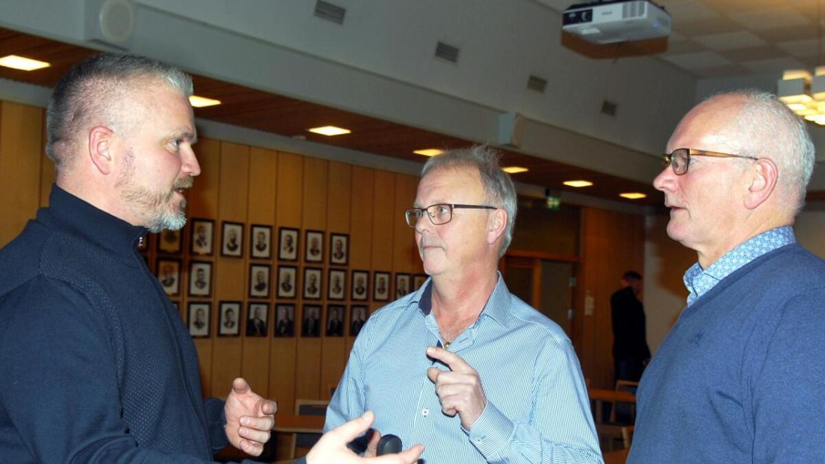F.v. fylkesmann Tom Cato Karlsen, ordfører John Danielsen (Sp) og leder i teknisk utvalg Torgeir Larsen (H).