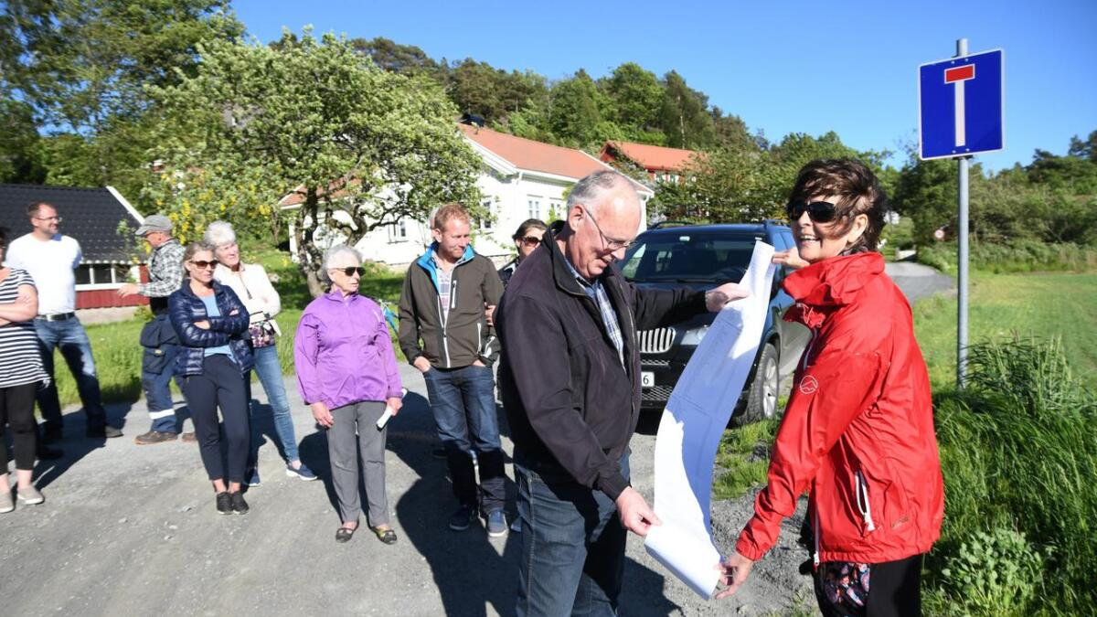 Per Svenningsen fikk i 2017 overlevert 170 underskrifter mot ny Grefstadvei med kommunal standard av Åse Moi i Grefstad velforening.