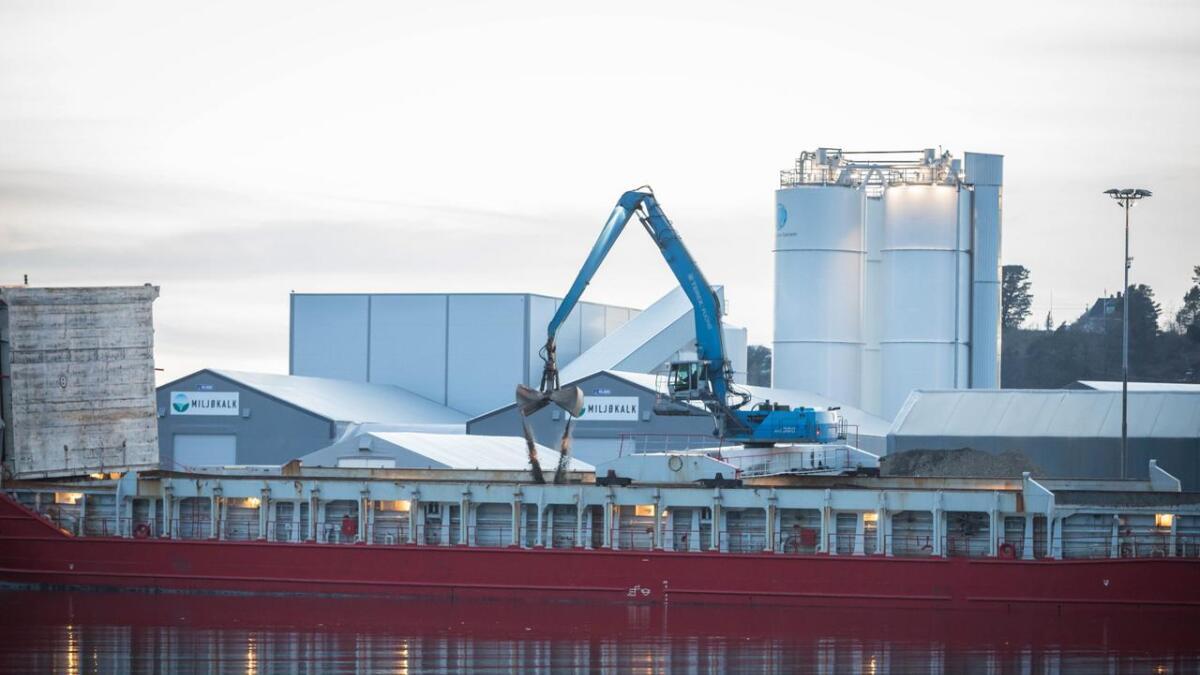 Den ene båten ble lastet med stein som skulle til Polen. Dette bildet er tatt like etter klokken 21 lørdag.