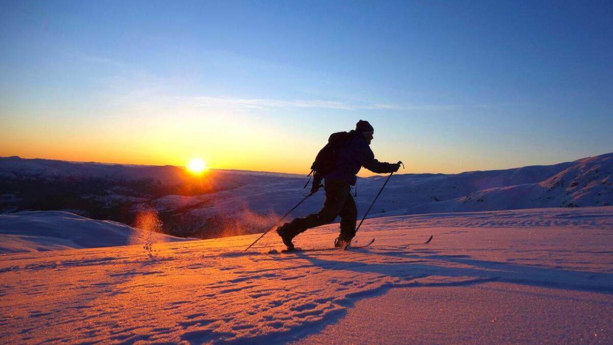 Fine solnedgangar er ein bonus på kveldstur. På biletet er ein av Audun sine turkameratar, Sverre Midlang, på veg opp til Lønahorgi.