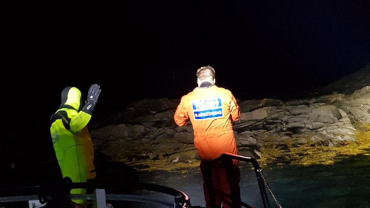 Mannskap fra redningsskøyta Sundt Flyer måtte svømme inn for å sjekke ut skadene på sjarken.