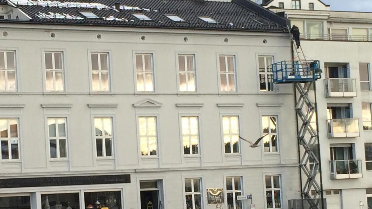 Liften nådde ikke helt opp. En stige ble derfor løsningen for å utføre arbeidene på Fløystadgården.
