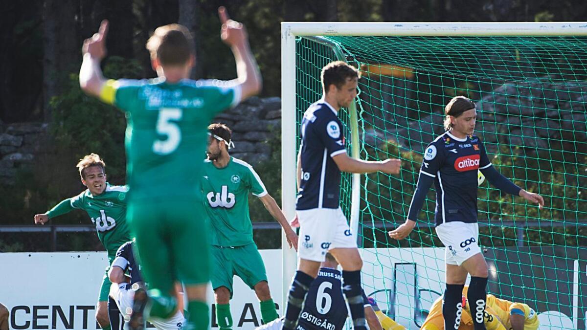Alexander Dang (t.v.) jubler for scoringen til Johnny Furdal i 5-0-seieren til Nest-Sotra over Viking i 1. divisjon i fjor. Dang var målløs i hjemmematchen mot siddisene, men slo til med to scoringer i 3-2-seieren borte senere i sesongen.
