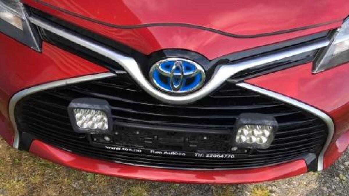 Richard Brunstad opplevde at bilen hans ble frastjålet frontskiltet. Fronten ble skadet i tyveriet, ifølge ham.