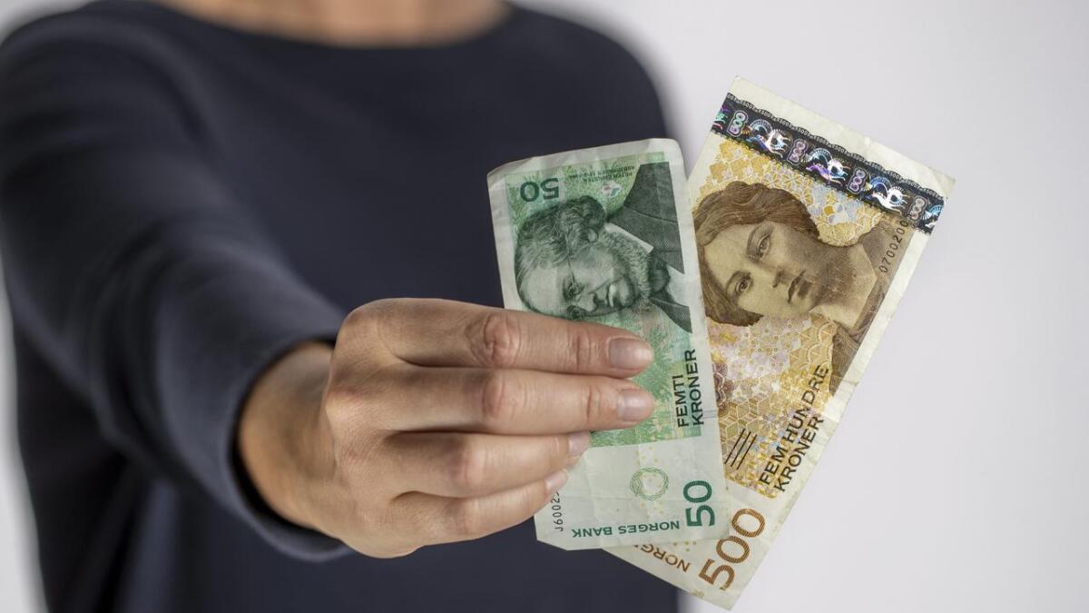 Snart blir dei gamle 50- og 500-kronersetlane ugyldige. Norges Bank tilrår å bytta dei ut før 18. oktober.
