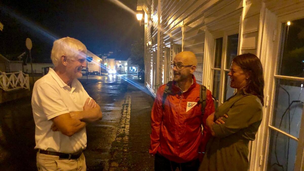 Leif Vagle (Ap), Espen Lia (SV) og Inger Marie Moi (V) i samtaler utenfor Lokkemat, hvor forhandlingene pågår for fullt.