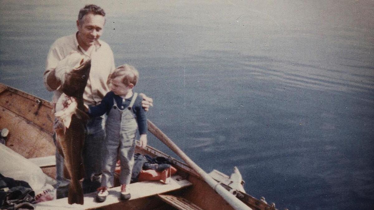 "Vesle Mikal på fisketur med pappa. ""Pappa var aldri lykkeligere enn når han kunne være i båt og fiske"" skriv Mikal i boka."