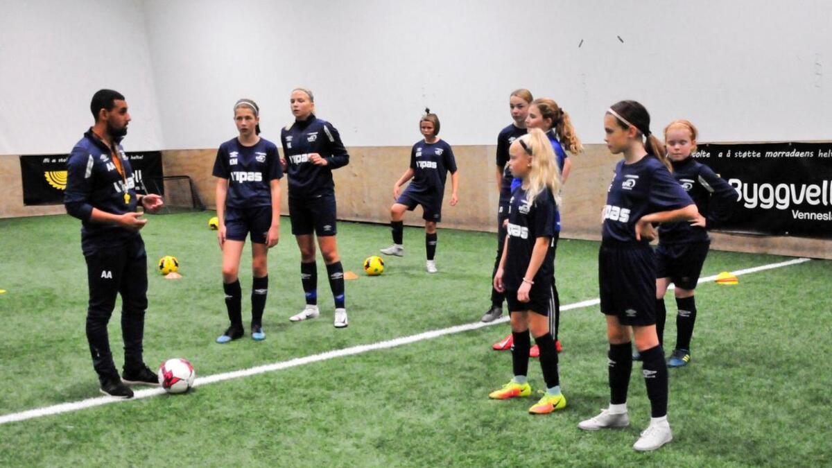 Trener Alla Abdallah har første treningsøkt med jenter på Vindbjarts fotballakademi. Opplegget er for dem som ønsker å legge ned ekstra innsats for å bli gode fotballspillere. 8Foto Anne Gunn Pedersen