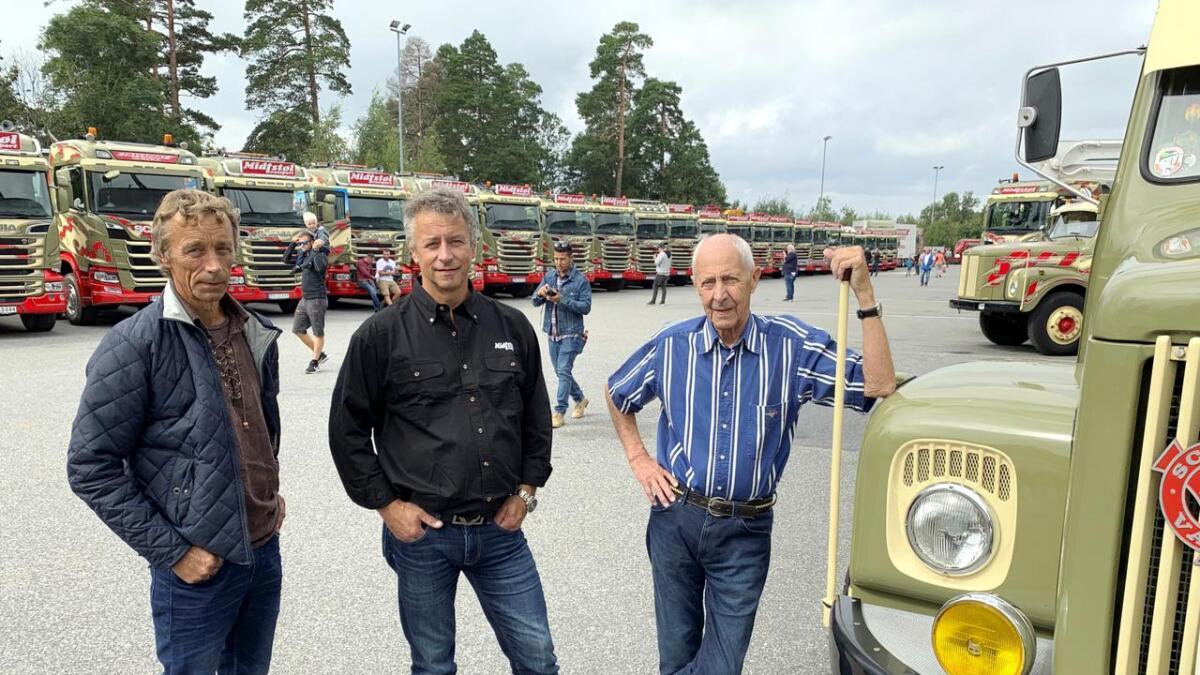 Frode (55) (f.v.), pappa Arne (85) og Rune (53) Midtstøl foran en del av bilparken.