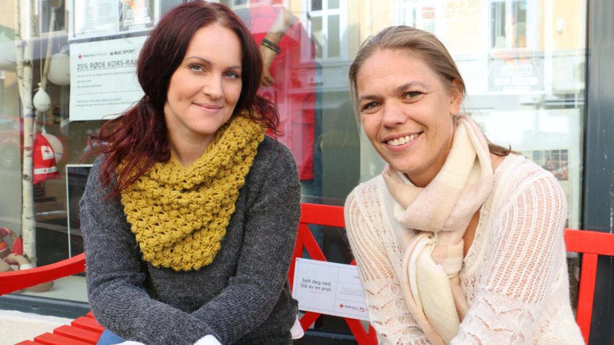"""Anita Johansen har benyttet seg av Røde Kors sitt opplegg """"Ferie for alle"""". Jeanett Eriksrød (til høyre) leder prosjektet i Røde Kors."""