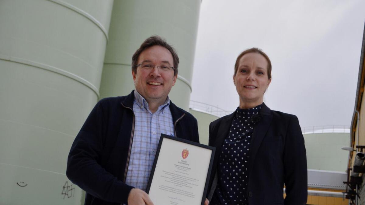 Direktør i Museum Nord Geir Are Johansen og riksantikvar Hanna Geiran med beviset på at gamle Neptun sildoljefabrikk på Melbu er fredet.
